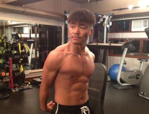 王宝强秀身材:穿花衬衫衣扣全敞开,炫出8块腹肌