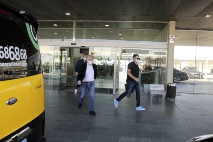 哈兰德父亲与拉伊奥拉现身巴塞罗那机场