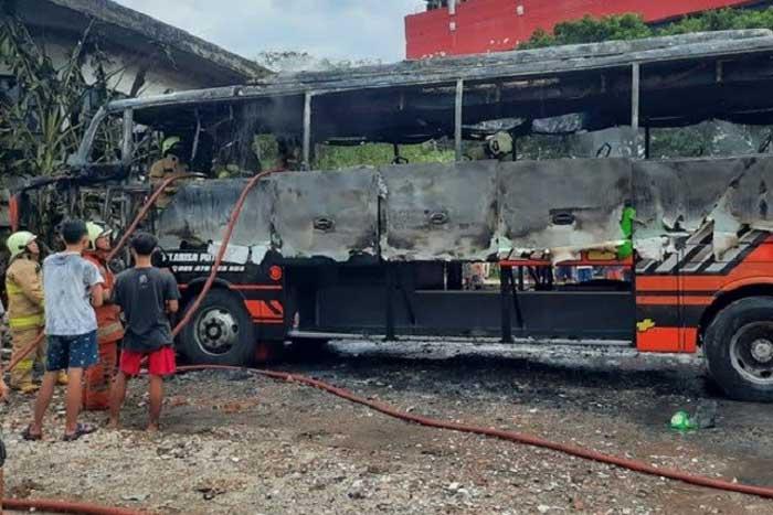 怀疑短路引起,一辆巴士在 Mangga Dua 着火 司机和副驾正在睡觉