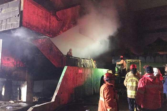 雅加达南部传统市场发生火灾,初步怀疑是由电线短路所引发