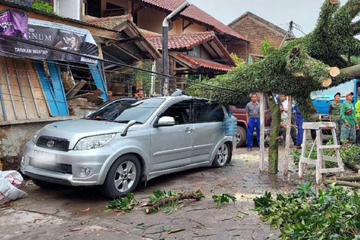 西爪哇万隆,刮风下雨来袭并摧毁了两个村庄的数十所房屋