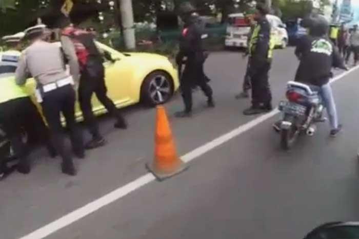 16 青少年冲过警方设立在 Prambanan 的检查站,并撞到一名警察!