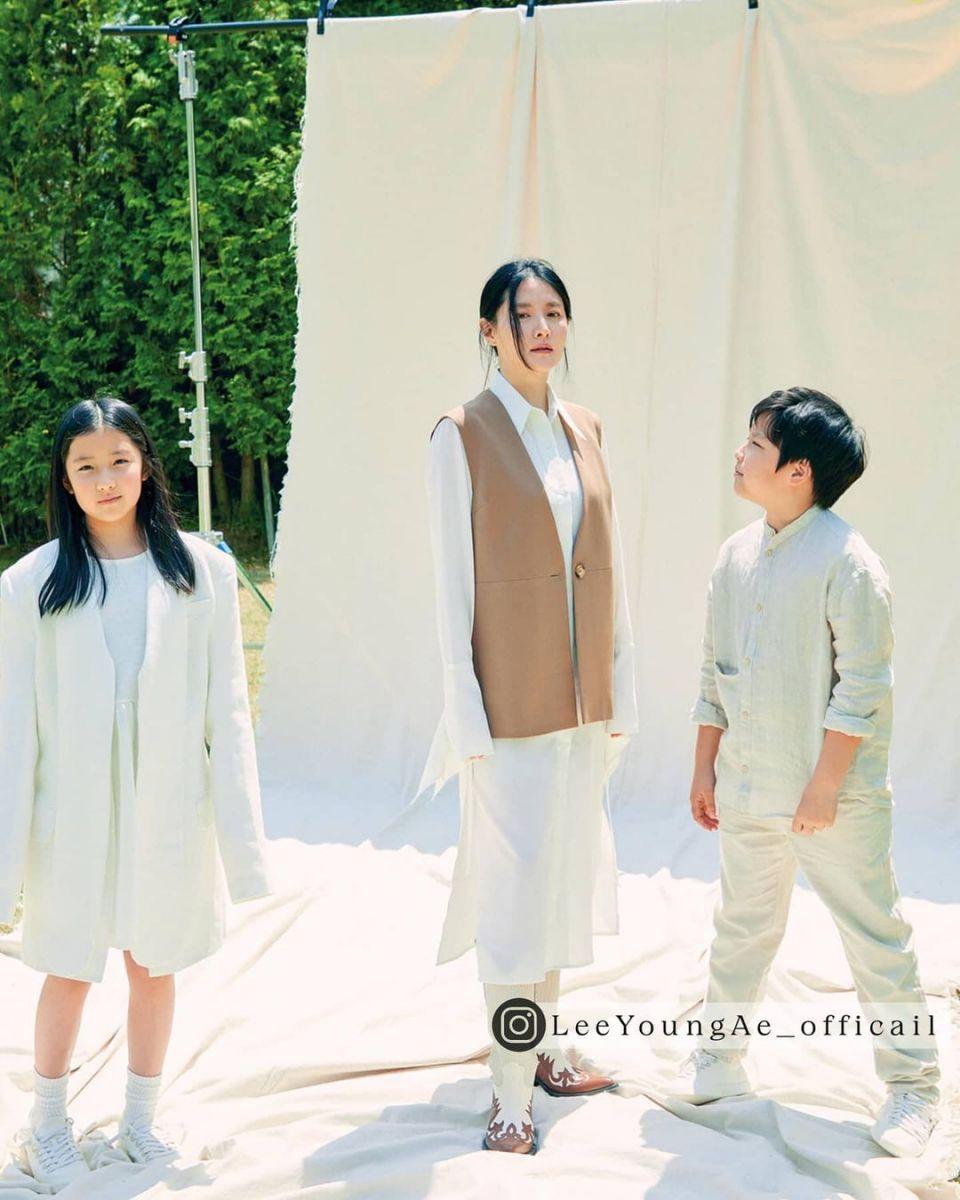 李英爱最新写真::龙凤胎一起出镜,已经长高高了!