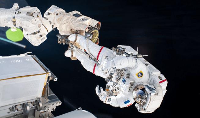 国际与中国空间站宇航员行动对比,太空行走惊险十足