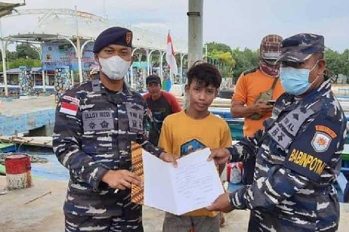 印尼海军部队在男岛海域救出一名在海上漂浮3小时的中学生