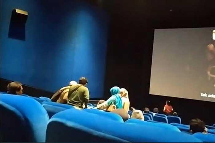 """观众在戏院里观看 """"The Conjuring"""" 恐怖片时被附身?"""