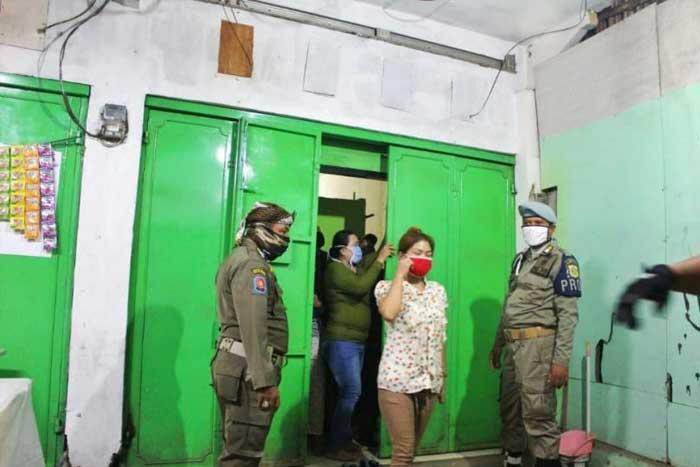 东雅加达公共秩序局突袭一家寄宿房屋,怀疑有卖淫交易!