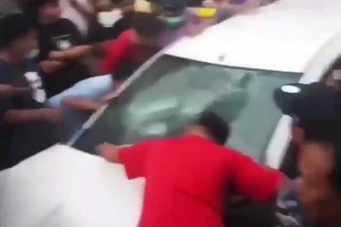 在丹格朗驾驶鲁莽什么都让你撞!撞车撞人撞摩托车顺便也撞麺摊