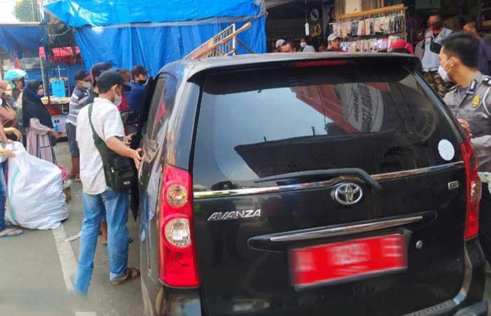 红色车牌丰田Avanza汽车在西冷Royal市场撞路边小摊贩