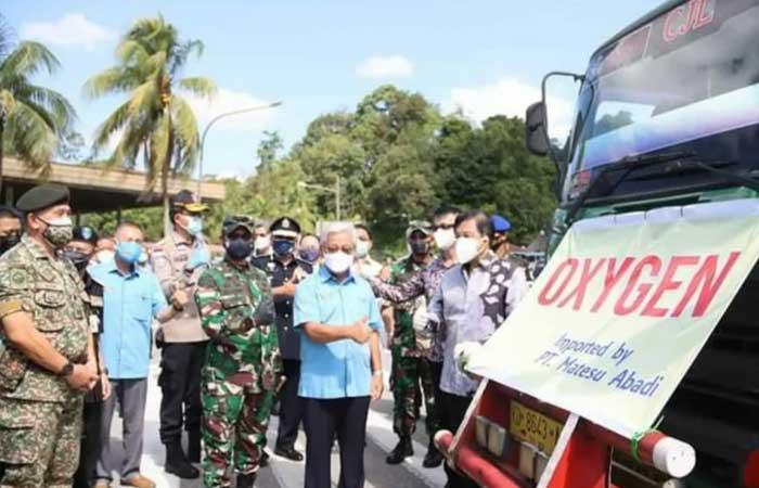 丹绒普拉第 12 军区司令赞赏马来西亚援助氧气瓶