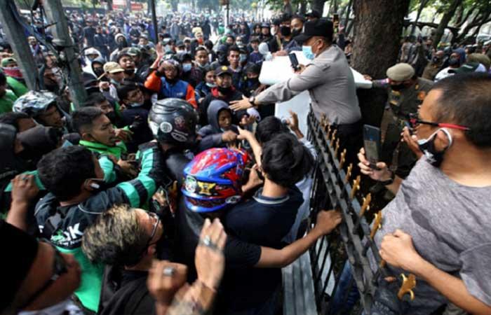 示威游行反对社区活动限制在万隆被警察驱散