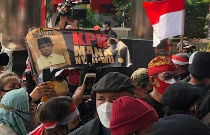 抗议者抗议在肃贪委员会,要求调查电动方程式赛车