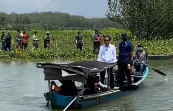 总统佐科维乘小船过河拜访芝拉扎沿海居民的时刻
