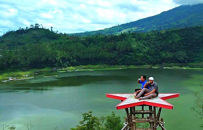 中爪哇沃诺梭博美丽清凉的 Menjer 湖