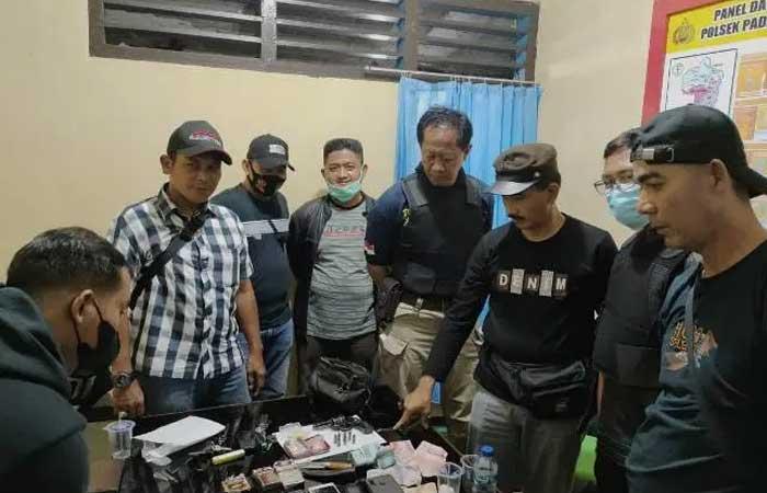 在 Binduriang 逮捕毒贩,居民反而扔警车巴东乌拉丹丁