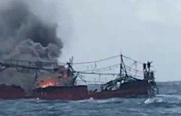KM Hentri 船在海洋中着火,25 名渔民失踪