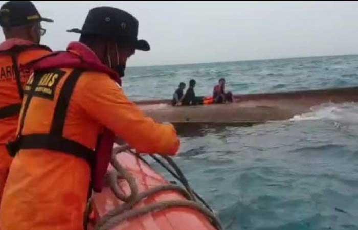 千岛 KM Elang laut 沉船船员撤离瞬间,6名船员在海中幸存