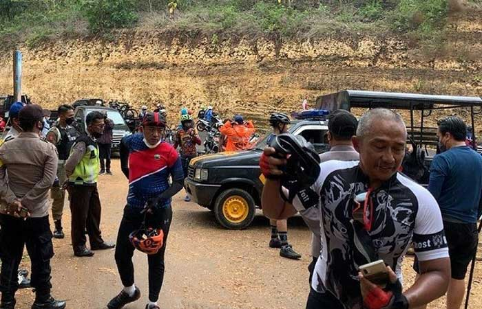 社区活动限制期间,玛琅市长的一群骑自行车硬闯进入著名美拉克海滩