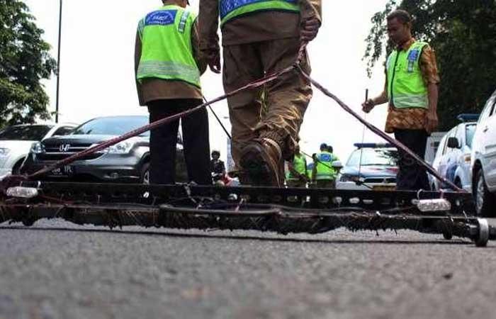 在 MT Haryono-Gatot Subroto 道路上散落钉子,肇事者是轮胎修补员