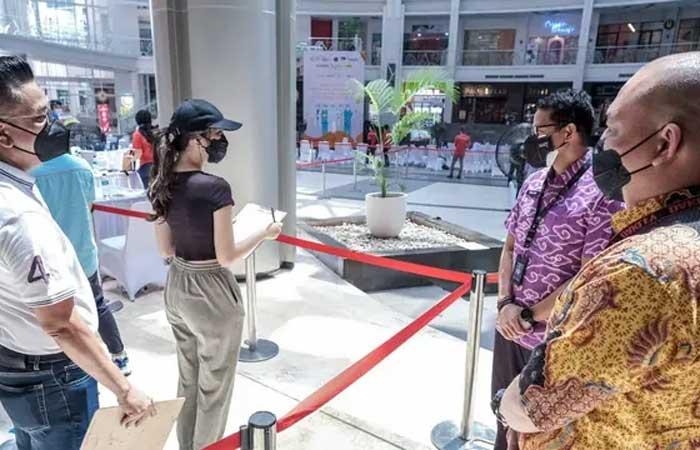 善迪亚卡参观电影院,检查社区活动限制扩展期间的运营情况